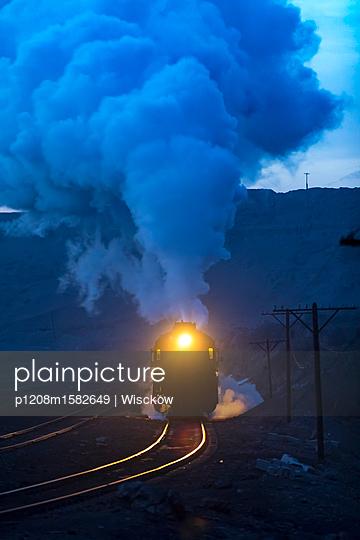 Dampflok in der Abenddämmerung - p1208m1582649 von Wisckow