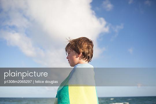 Junge am Strand - p1308m2065297 von felice douglas