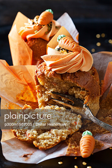 Carrot cup cake garnished with  cream topping, sugar granules and marzipan carrot - p300m1587005 by Dieter Heinemann