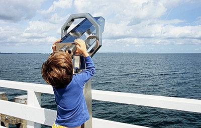 Junge guckt durch ein Fernrohr - p0452152 von Jasmin Sander