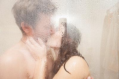 Küssendes Pärchen unter der Dusche - p105m951295 von André Schuster