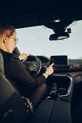 Young woman using navigation device in car - p300m2160638 by Mikel Taboada