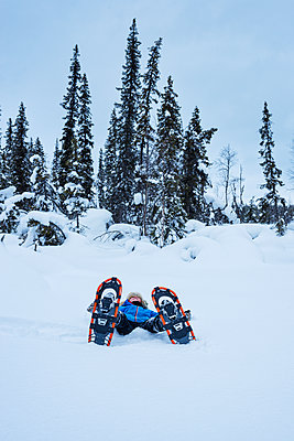 Boy wearing snowshoes - p312m1180347 by Hans Berggren