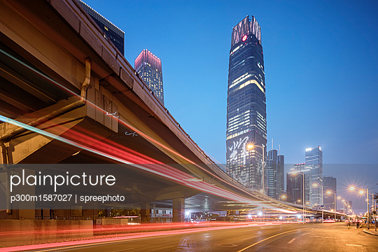 China, Beijing, Central business district and traffic at night - p300m1587027 von spreephoto