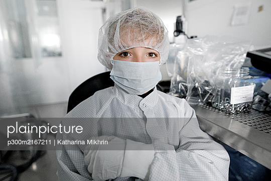 Portrait of a boy in workwear in a laboratory - p300m2167211 by Katharina Mikhrin
