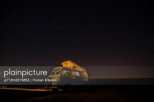 Sommerurlaub mit dem Van - p713m2215853 von Florian Kresse