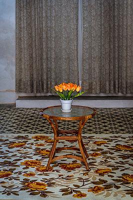 Bouquet on side table - p1170m1111651 by Bjanka Kadic