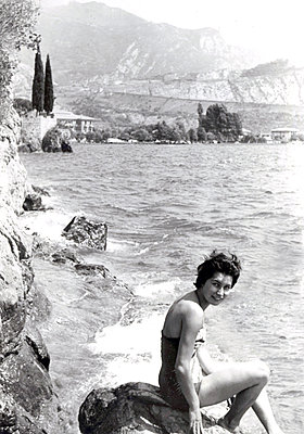 Young woman in swimsuit on the seafront - p1541m2116898 by Ruth Botzenhardt