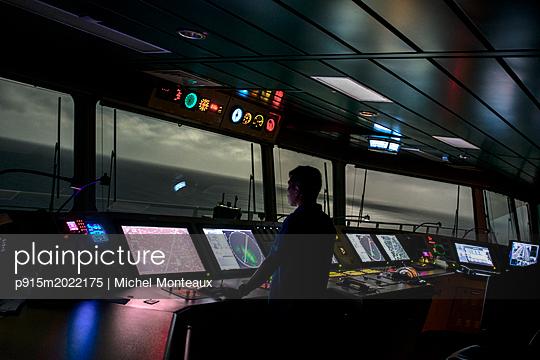 Kapitän arbeitet auf der Brücke - p915m2022175 von Michel Monteaux