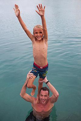Auf den Schulter von Papa stehen - p045m1574427 von Jasmin Sander