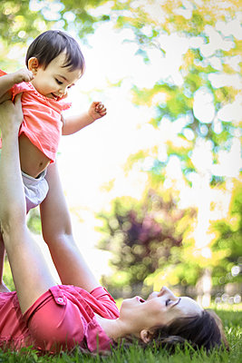 Mother and Daughter play in yard  - p1019m1425954 by Stephen Carroll
