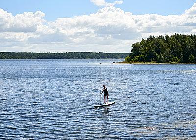 Stand up Paddle auf See - p1124m1165554 von Willing-Holtz