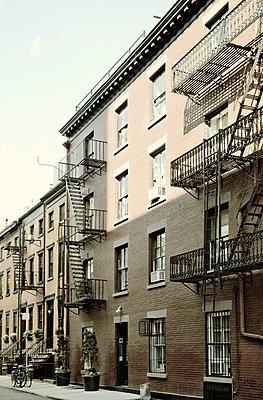 Gebäude mit Feuerleitern in Greenwich Village - p1248m1462093 von miguel sobreira