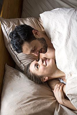 Junges Paar kuschelt und lacht sich verliebt an  - p1301m1424741 von Delia Baum