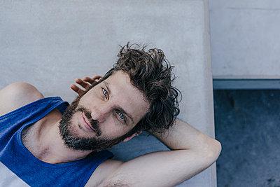 Portrait of relaxed man lying in skatepark - p300m1535463 by Kniel Synnatzschke
