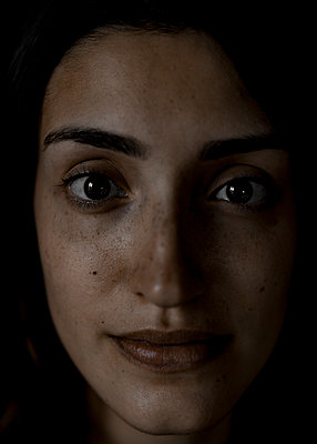 Portrait of woman with brown eyes, close-up - p552m2248542 by Leander Hopf