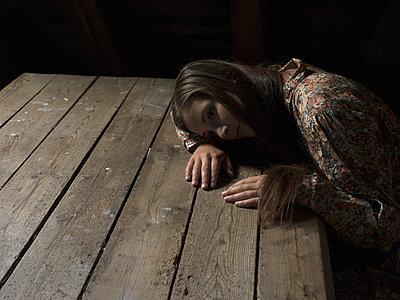 Young woman in despair - p945m1154630 by aurelia frey