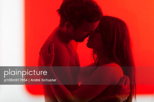 Paar küsst sich - p105m917854 von André Schuster