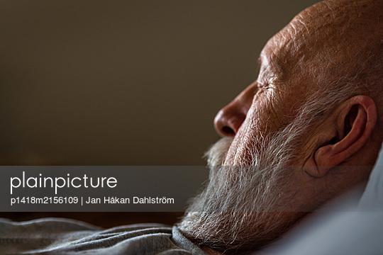 Schlafender älterer Mann - p1418m2156109 von Jan Håkan Dahlström