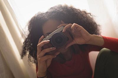 Woman taking photo on digital camera - p1315m1514387 by Wavebreak