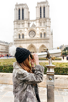 France, Paris, tourist using telescope in front of Notre Dame - p300m1204873 by Marco Govel