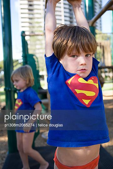 Kinder auf dem Spielplatz - p1308m2065274 von felice douglas