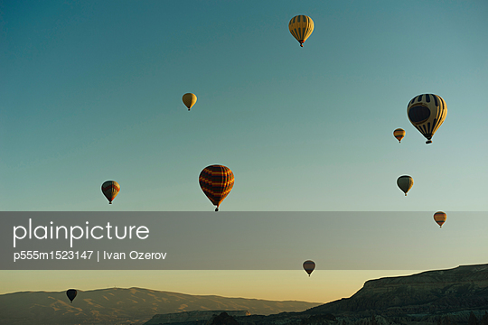 Hot air balloons flying at sunset - p555m1523147 by Ivan Ozerov