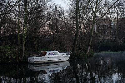 Altes Boot am Fluss - p1291m1424690 von Marcus Bastel
