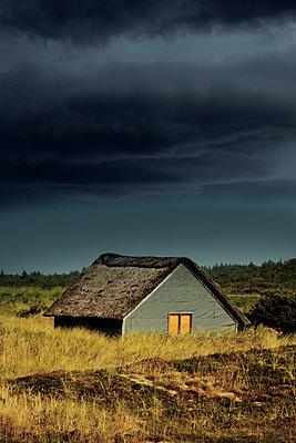 Reethaus mit beleuchtetem Fenster - p248m952896 von BY