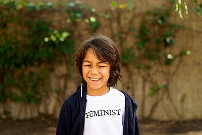 BARCELONA SPAIN, THE FUTURE IS FEMALE, KIDS FUTURE FEMINIST OUTDOOR BARCELONA  - p300m2167085 von Valentina Barreto