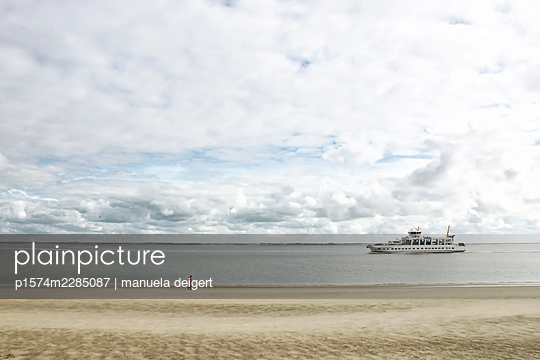 The beach of Norderney with walker and ship - p1574m2285087 by manuela deigert