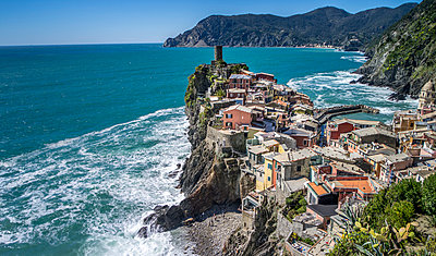 Village on the waterfront, Cinque Terre - p393m1044464 by Manuel Krug