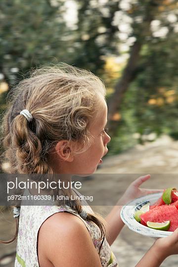 Mädchen mit einem Teller Wassermelonen - p972m1160339 von Idha Lindhag
