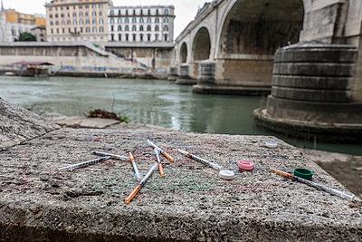 Drogenspritzen am Ufer - p1243m1154852 von Archer