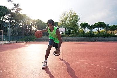 Young man playing basketball - p300m1580971 by Francesco Morandini