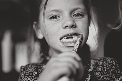 Girl brushing teeth - p312m2139341 by Anna Johnsson