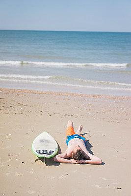Mann beim Sonnenbaden am Strand - p586m1041271 von Kniel Synnatzschke