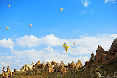 Low angle view of hot air balloons over Cappadocia - p1166m1485548 by Cavan Images