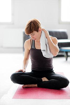 Frau nach dem Yoga - abtrocknen - p1212m1123405 von harry + lidy