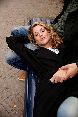Paar auf der Bank im Kiez - p1212m1502585 von harry + lidy