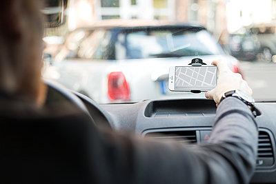 Mann mit Smartphone im Auto - p1396m1481162 von Hartmann + Beese