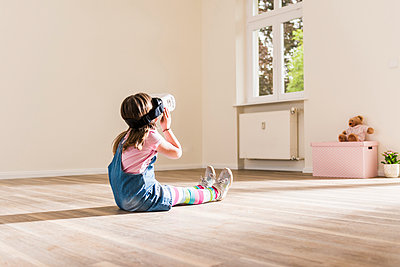 Girl in empty apartment wearing VR glasses - p300m1460180 by Uwe Umstätter
