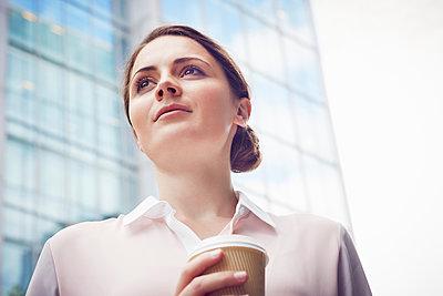 Business woman on coffee break, London, UK - p429m1408063 by Emma Kim