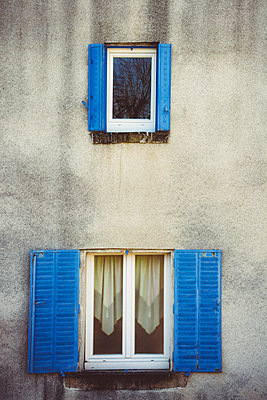 Facade with blue shutters - p813m1223518 by B.Jaubert