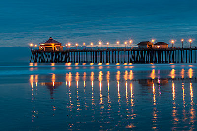 Huntington Beach Pier at night, California, USA - p924m2145310 by Delta Images