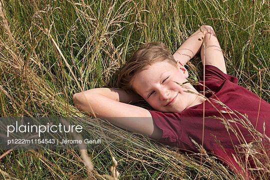Junge im Gras - p1222m1154543 von Jérome Gerull