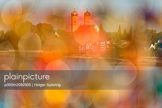 Germany, Baden-Wuerttemberg, Friedrichshafen, Lake Constance, Mole Tower, view to Castle Church through love locks, blurred - p300m2082995 by Holger Spiering