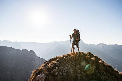 Junger Mann wandert in den Bergen - p1142m2056440 von Frithjof Kjer
