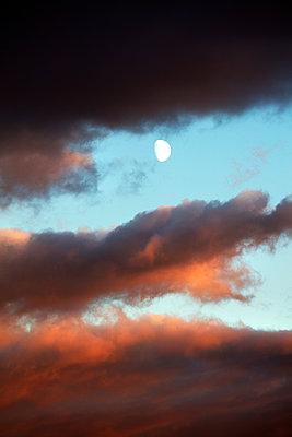 Dramatic sky - p226m1516536 by Sven Görlich