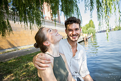 Young couple in Berlin at river Spree - p276m2111058 by plainpicture